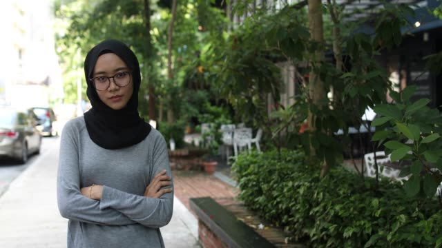 大胆な若いイスラム教徒の少女 - 上半身点の映像素材/bロール