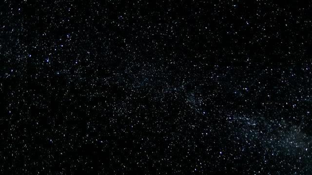 vídeos y material grabado en eventos de stock de dark astronomía estrellada cielo nocturno con estrellas y la vía láctea galaxia lapso de tiempo - constelación