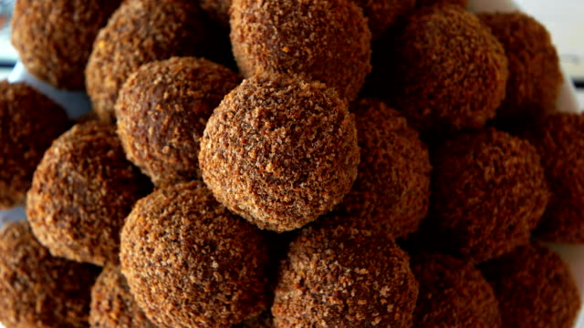 vídeos de stock e filmes b-roll de dark ball shaped sweets close up. - rum bebida branca