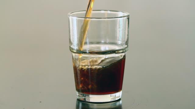 stockvideo's en b-roll-footage met dark carbonated drink pour - minder dan 10 seconden