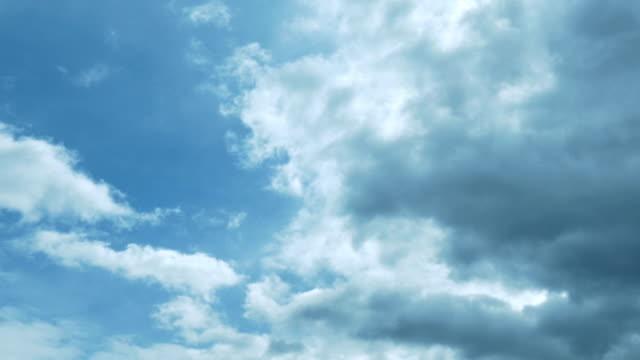 dunkle wolken bewegen sich über blauen himmel - langsam stock-videos und b-roll-filmmaterial