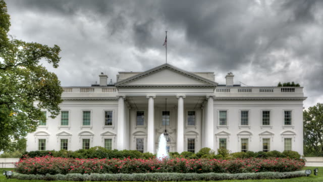 stockvideo's en b-roll-footage met dark clouds over the white house - white house