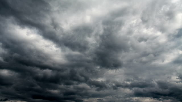 vídeos de stock, filmes e b-roll de intervalo de tempo: nuvens negras - céu tempestuoso