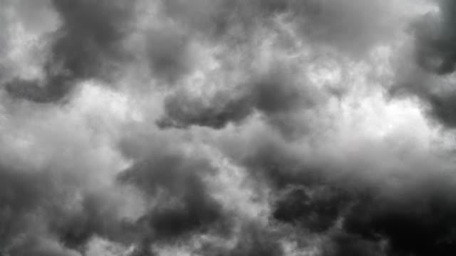 vídeos de stock, filmes e b-roll de nuvens negras - céu tempestuoso