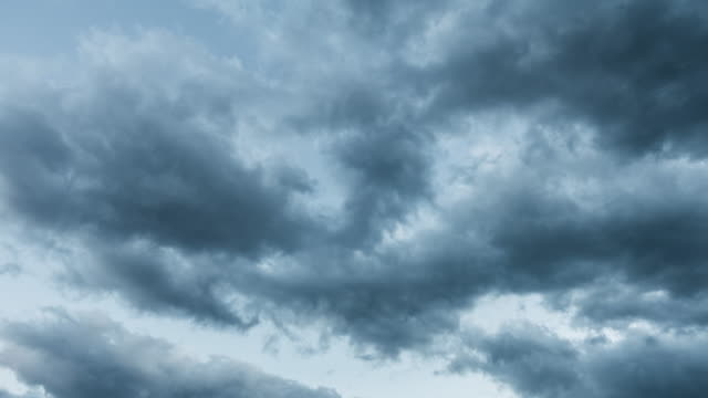 vídeos de stock, filmes e b-roll de nuvens negras - só céu