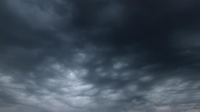 어두운 구름이 (루프, 깨끗하다 - 불길한 스톡 비디오 및 b-롤 화면
