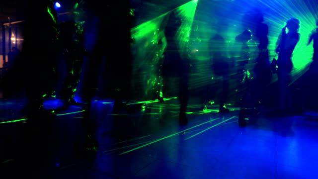 vídeos y material grabado en eventos de stock de oscura discoteca bailando - miembro parte del cuerpo