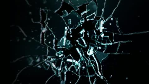 vidéos et rushes de explosion de mur de verre foncé. balle qui explose une vitre en verre - en verre