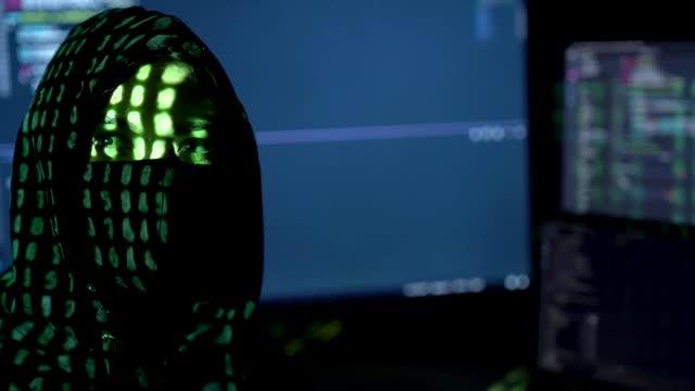 vídeos de stock e filmes b-roll de dark hacker programmer woman - capuz