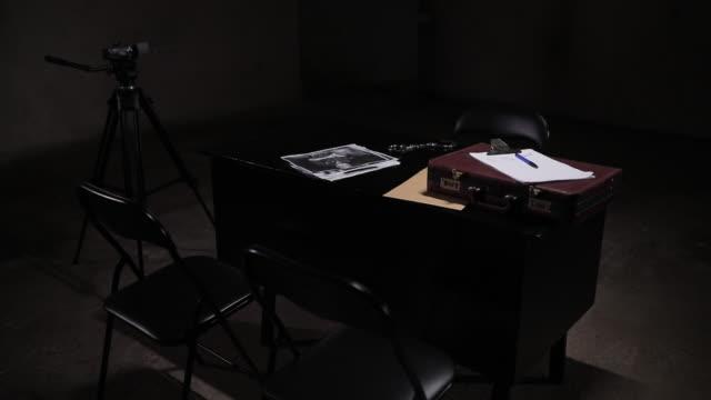 ダーク尋問室 - テーブル 無人のビデオ点の映像素材/bロール