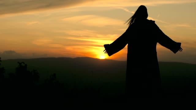 vidéos et rushes de mage foncé dans la montagne la nuit, concept de fantaisie - charmeur