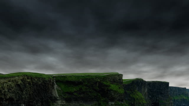 vídeos de stock, filmes e b-roll de chuva escura nuvens de tempo sobre os penhascos de moher, irlanda. - penedo