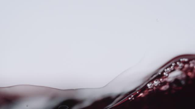 vídeos de stock e filmes b-roll de dark red wine rising - vinho