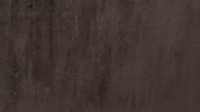 日光と太陽の光の汚れたコンクリートの壁に暗い影の落下 - 石垣点の映像素材/bロール