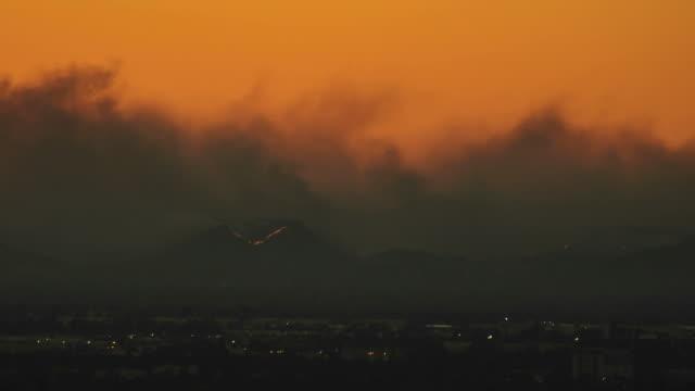 vidéos et rushes de fumée noire et des flammes de collines au coucher du soleil - 2018