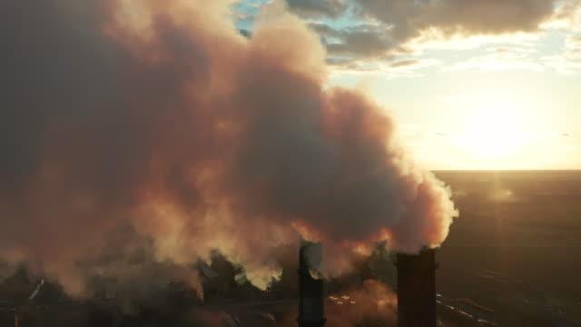 темный дым от труб в воздухе на закате. загрязнение окружающей среды. большие трубы промышленного завода производят химический дым - загрязнение окружающей среды стоковые видео и кадры b-roll