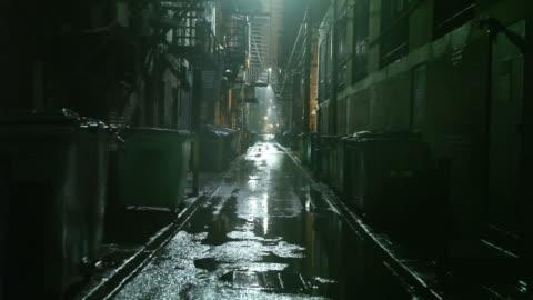 vídeos de stock e filmes b-roll de escuro urban passagem - escuro
