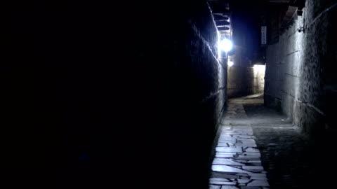 gece koyu kentsel şehir taş kaldırım sokak - abd dışı yer stok videoları ve detay görüntü çekimi