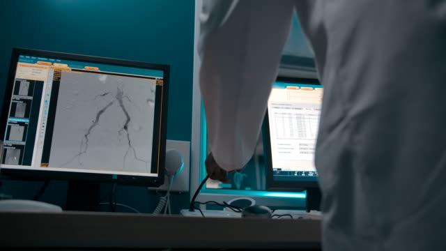 dunkelhäutige afroamerikanische therapeutin überwacht die operation vom checkpoint aus - medizinisches untersuchungsgerät stock-videos und b-roll-filmmaterial