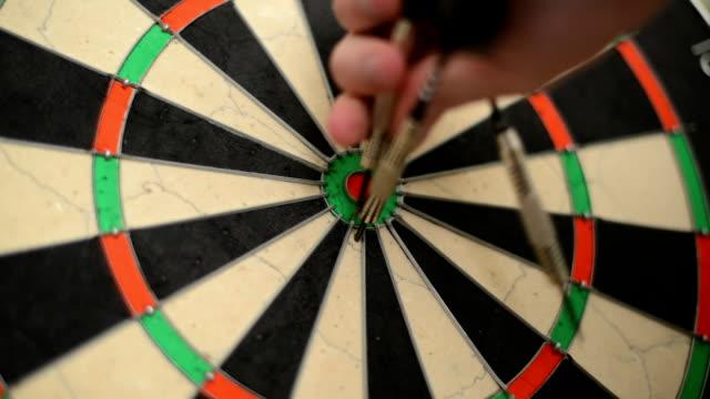 vídeos y material grabado en eventos de stock de dart de primer plano, centrada bullseye - tablón