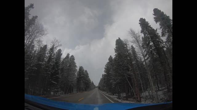 vídeos de stock, filmes e b-roll de vídeo dash cam dirigindo em independence pass, colorado, eua após a primeira neve. vista do carro. perspectiva ampla. - independence pass