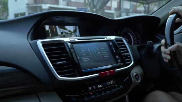 vídeos de stock e filmes b-roll de dashboard touch screen in car - ecrã tátil
