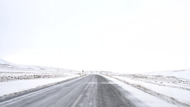 dashcam video delle strade islandesi - bagnato video stock e b–roll