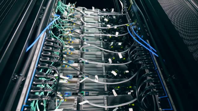 vídeos de stock, filmes e b-roll de computador do centro de dados com fios. - log on