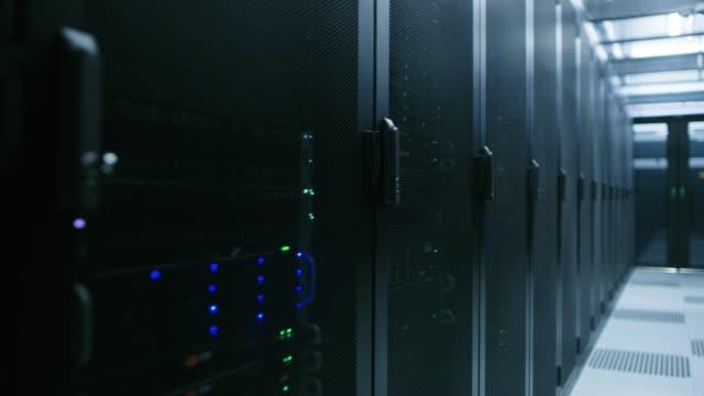 data center med rader av fullt fungerande serverrack. begreppet telekommunikationer, cloud computing, artificiell intelligens, databas, superdator teknik. - server room bildbanksvideor och videomaterial från bakom kulisserna