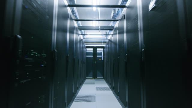 完全に運用サーバーの 2 つの行を持つデータ センターのラックします。通信、クラウド ・ コンピューティング、人工知能、データベース、スーパー コンピュータ技術の概念。高速後退バッ - スーパーコンピューター点の映像素材/bロール