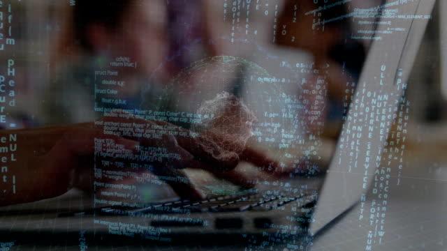 elaborazione dei dati rispetto a persone che utilizzano laptop - composizione digitale video stock e b–roll