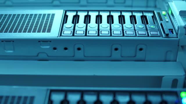 vidéos et rushes de groupe de travail de centre de données de serveur - inclinaison vers le haut