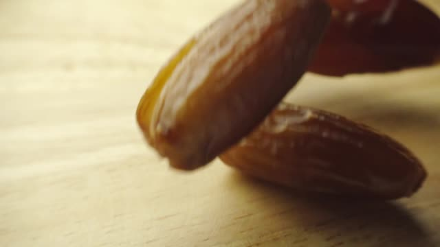 Fruits de date tombant en slow motion - Vidéo