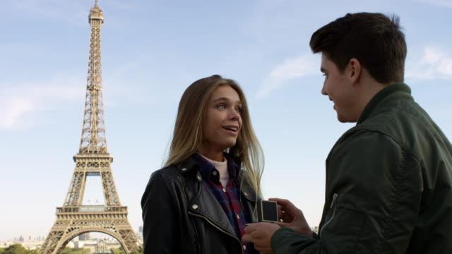 パリの日付 ビデオ