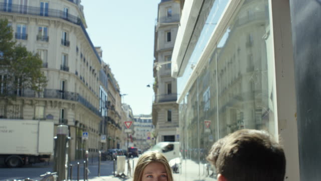 Date in Paris video