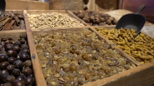 datteri, uvetta, noci in vendita in un mercato arabo o souq disposti in bancarelle. - souk video stock e b–roll