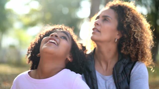vídeos de stock, filmes e b-roll de filha e mãe contemplação - olhando para cima - brasileiro pardo