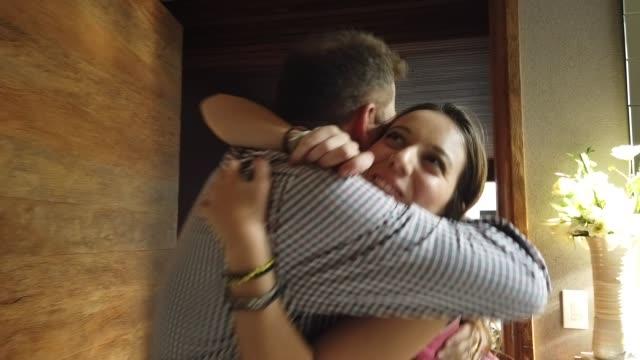 旅行や学校から帰ってくる娘 - 親族会点の映像素材/bロール