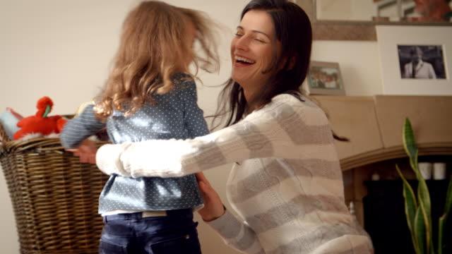vídeos y material grabado en eventos de stock de danzas de hija con madre en el hogar en cámara lenta - madre e hijos