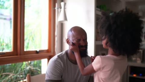 kızı evde utangaç baba makyaj yapıyor - kızlar stok videoları ve detay görüntü çekimi