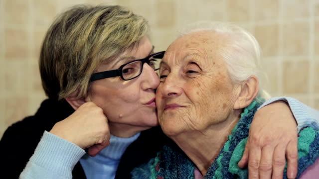 Abrazar su madre hija :  viejo, antigua, de por sí solo dos mujeres - vídeo
