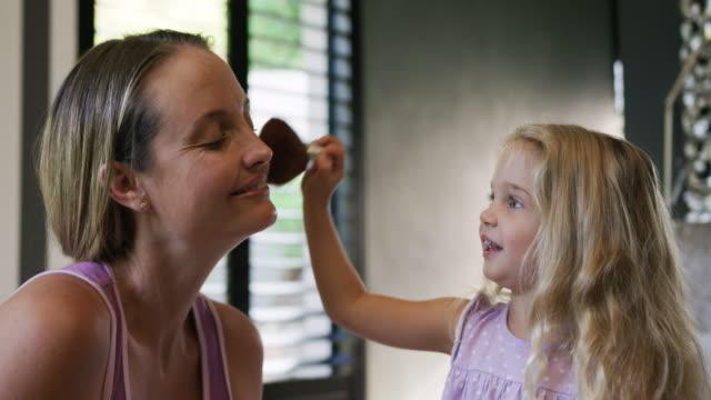 Tochter, die ihre Mutter ausmacht – Video