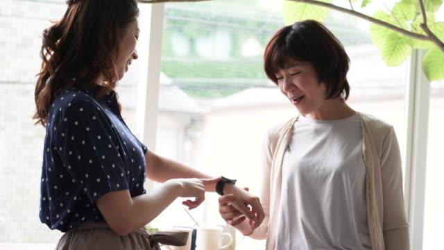娘の母親のためのスマートな腕時計を表示 ビデオ