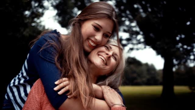 Madre con hija de sorpresas un abrazo desde atrás - vídeo