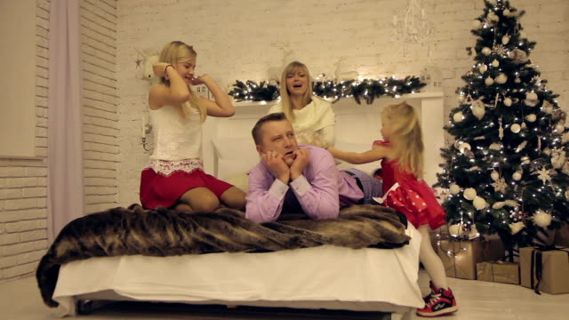 Daughters mom toying patient pillows beat his father in New Year's Eve video