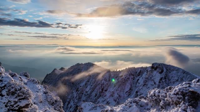 안개 바다 위의 새벽 - mountain top 스톡 비디오 및 b-롤 화면