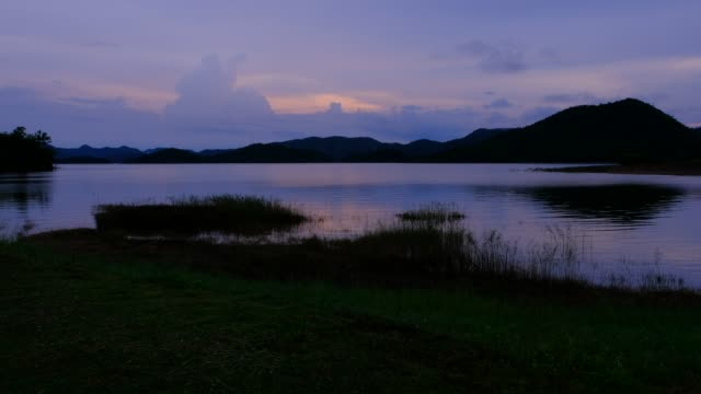 vidéos et rushes de aube et lac dans les montagnes - lac reflection lake