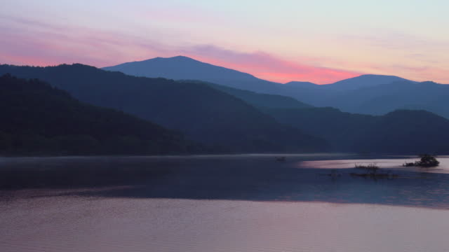 dawn at lake akimoto - spektakularny krajobraz filmów i materiałów b-roll