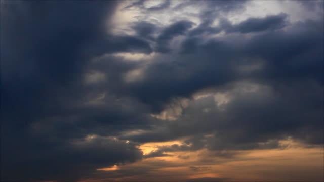 alba cielo nuvoloso - comparsa video stock e b–roll