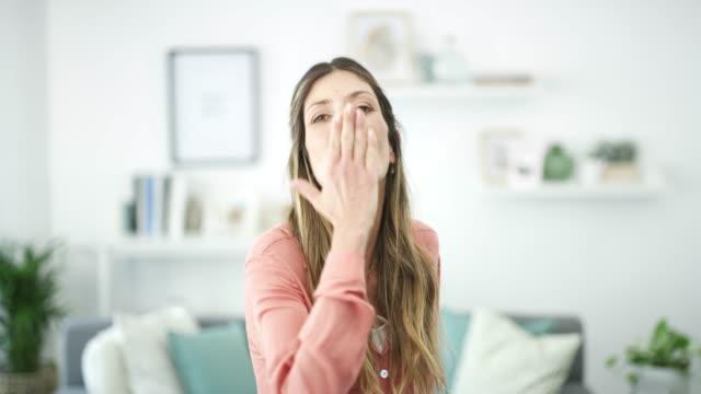 en dag hemma sätter dig på bästa humör - blåsa en kyss bildbanksvideor och videomaterial från bakom kulisserna